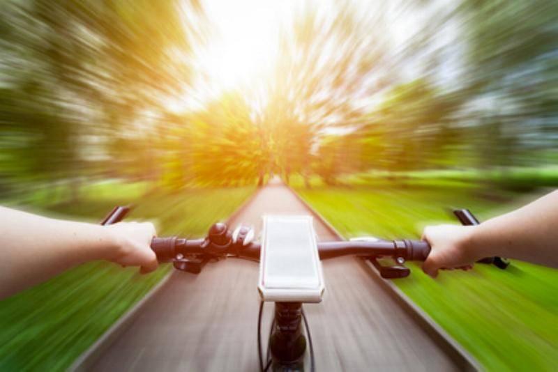 Fahrrad auf einem Weg unterwegs
