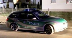 Polizeifahrzeug bei Nacht im Dunkeln