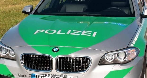 Polizeifahrzeug mit Blaulicht spiegelt