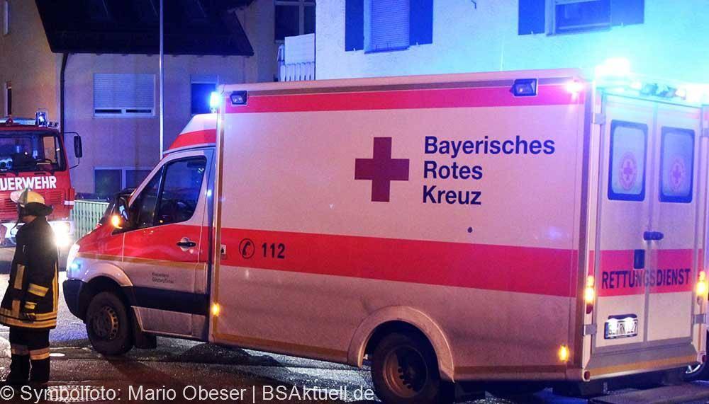Rettungswagen bei Nacht mit Blaulicht