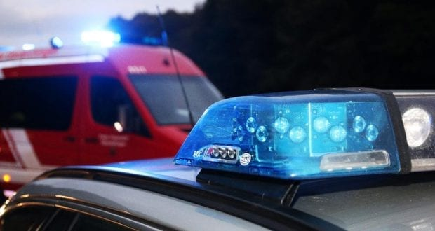 Polizei und Feuerwehr im Einsatz mir Blaulicht