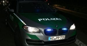 Polizeifahrzeug bei Nacht mit Blaulicht