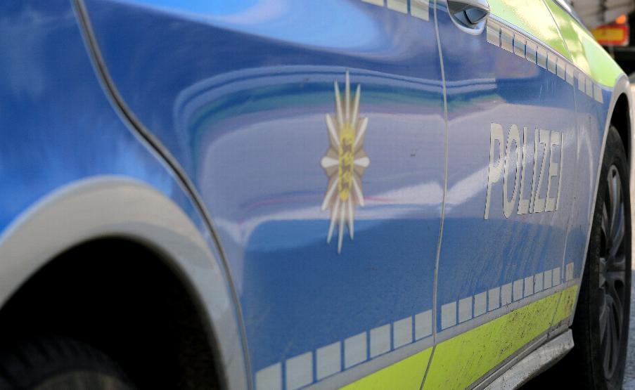polizeifahrzeug-blau-seitlich