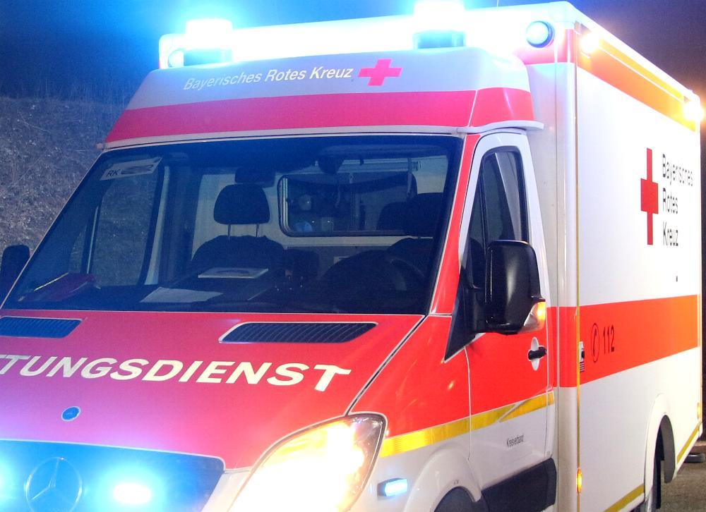 Rettungswagen des BRK mit Blaulicht und Blitzer