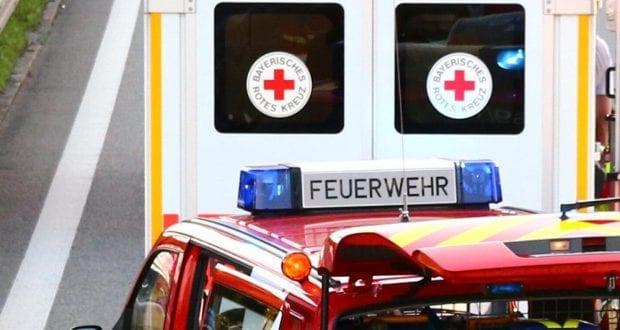 rettungswagen-und-feuerwehrfahrzeug