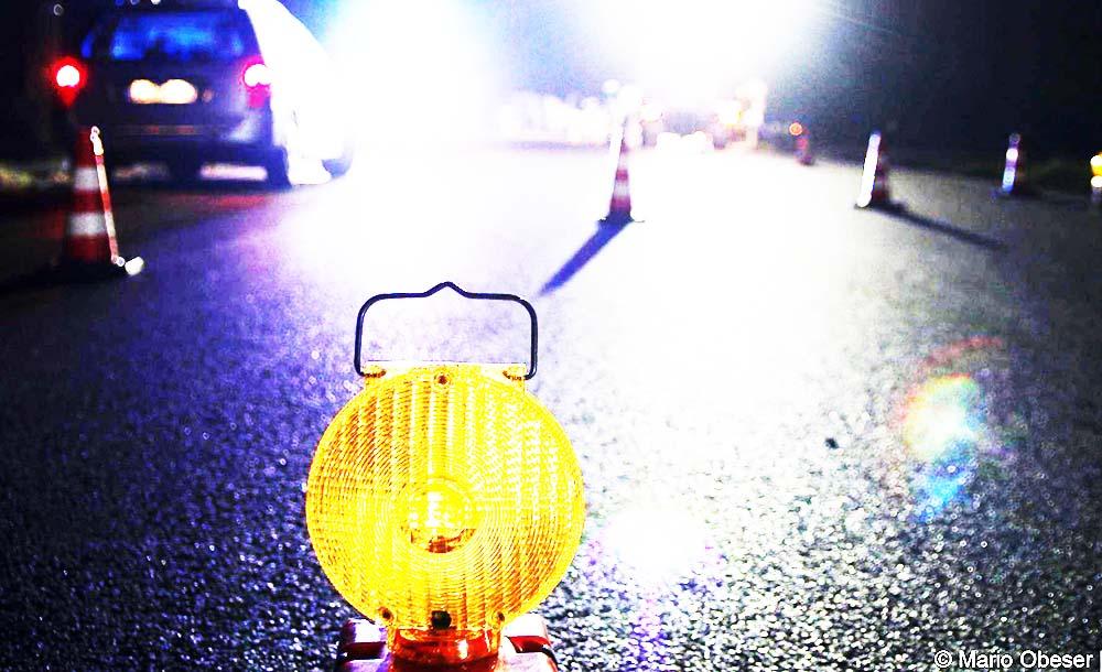 Gelbe Warnlampe auf der Fahrbahn