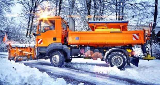 LKW im Winterdienst mit Schneepflug und Salzstreuer
