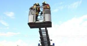 Feuerwehr Burgau Drehleiter mit Einsatzkräften