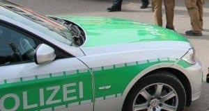 Polizeifahrzeug mit Beamten