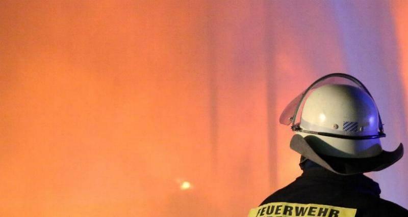 Brand Nacht Feuerwehr loescht