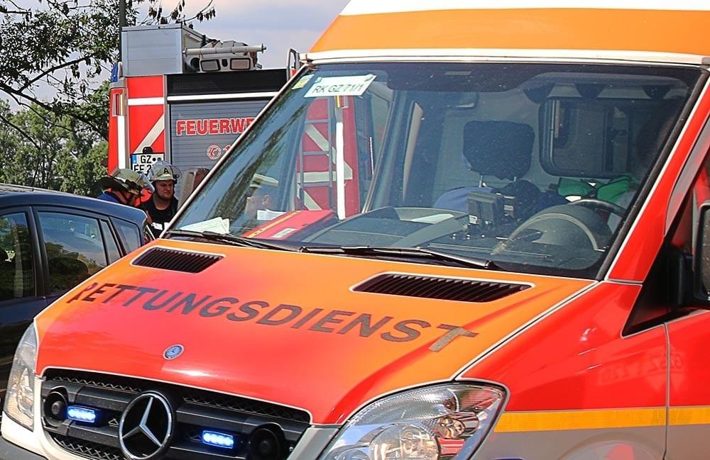Feuerwehr und Rettungswagen mit Unfallauto
