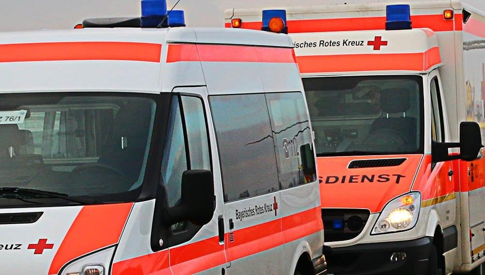 Rettungswagen und ein Krankentransporter