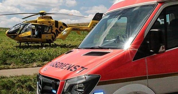 Rettungswagen und Rettungshubschrauber im Hintergrund
