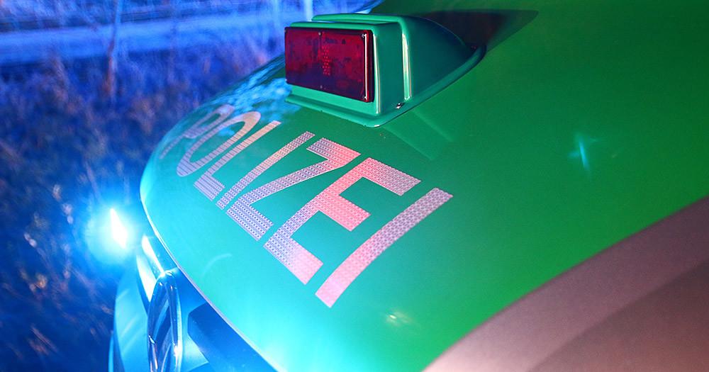 Polizeifahrzeug NAcht Blaulicht Kombi