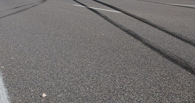 Reifenspuren auf Fahrbahn