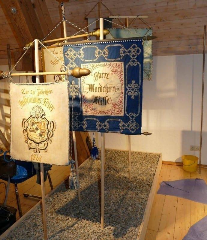 Aufbau historische Kinderfest-Standarten