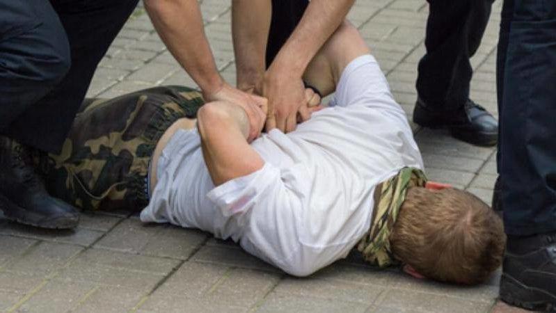 Polizei Festnahme mit Handschellen