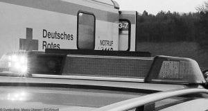 Rettungswagen mit Polizeifahrzeug