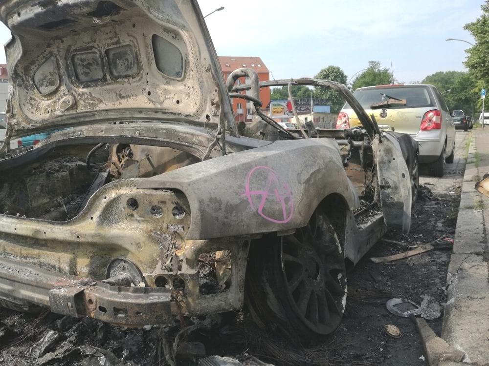 Ausgebranntes Auto nach Protestnacht Hamburg
