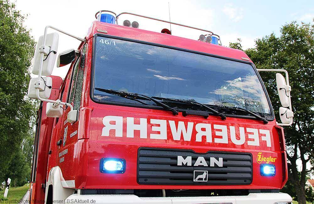 Feuerwehrfahrzeug mit Blitzer Blaulicht Feuerwehr
