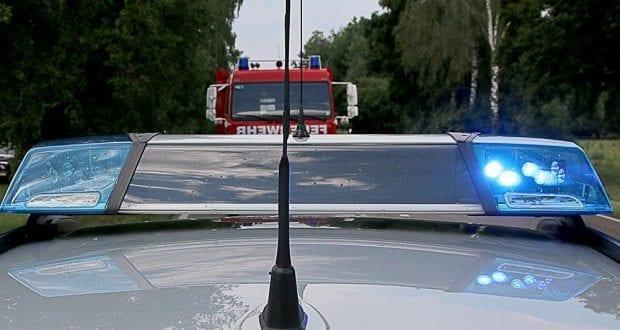 Polizei und Feuerwehrfahrzeug mit Blaulicht