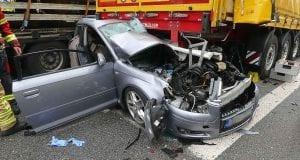Sattelzug kracht auf der A93 ins Stauende und schiebt Auto unter Sattelauflieger