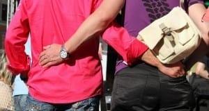 schwules Pärchen hält sich im Arm