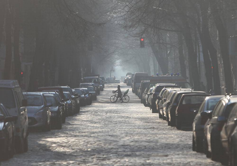 Autos parken auf Strasse