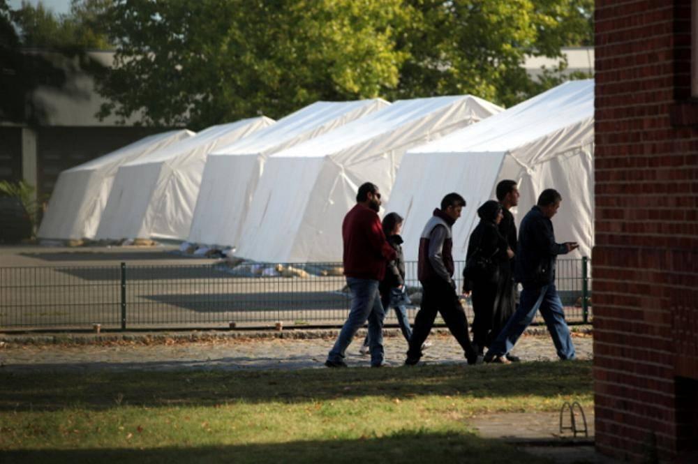 Fluechtlinge in einer Zeltstadt