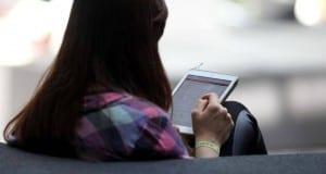 Frau mit Tablet im Internet