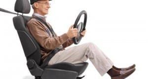 Alter Mensch am Steuer