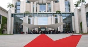 Roter Teppich bei Staatsbesuch im Kanzleramt