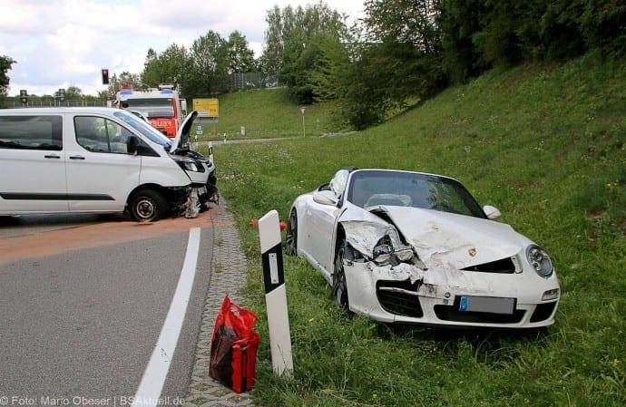 Verkehrsunfall mit Porsche Cabrio in Günzburg