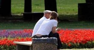 Alter Mann und junge Frau