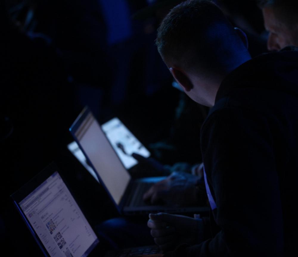 Computer-Nutzer im dunkeln