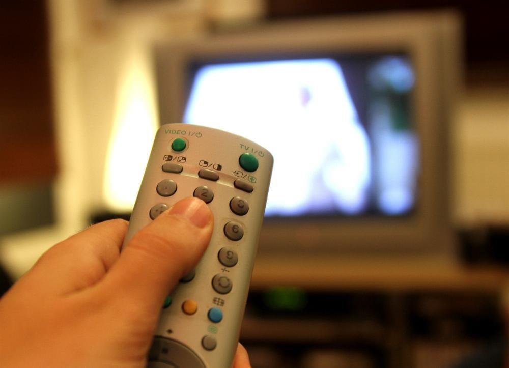 Fernsehzuschauer mit Fernbedienung