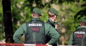 Polizisten an einer Absperrung