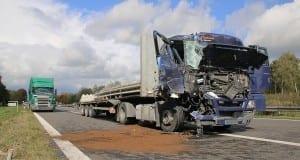 Kreis Unterallgäu: Lastwagen fährt auf der A7 auf anderen LKW auf
