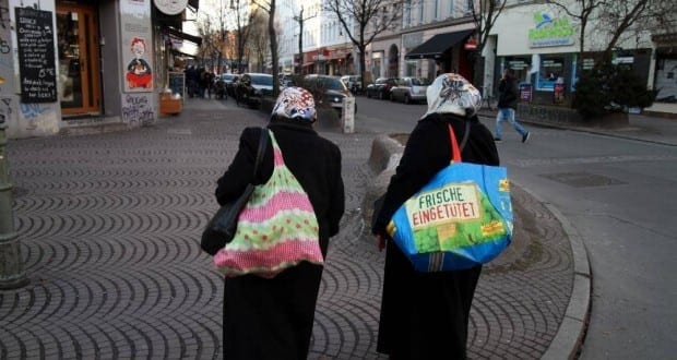 Zwei Frauen mit Kopftuch in Berlin-Kreuzberg