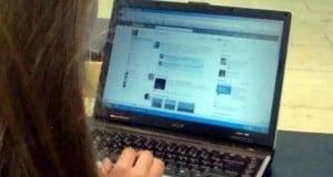 Internet-Nutzerin vor dem Computer