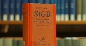 Strafgesetzbuch in einer Bibliothek