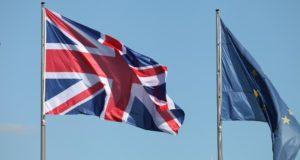 Fahnen von EU und Großbritannien