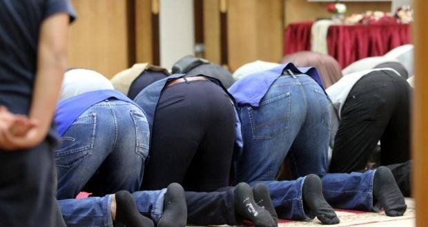 Gläubige Muslime beim Gebet in einer Moschee