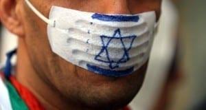 Mann mit Anti-Israel-Mundschutz