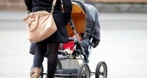 Mutter mit Kleinkind und Kinderwagen