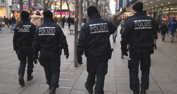 Polizei in einer Fußgängerzone