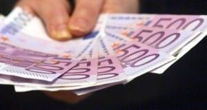 500-Euro-Geldscheine in der Hand