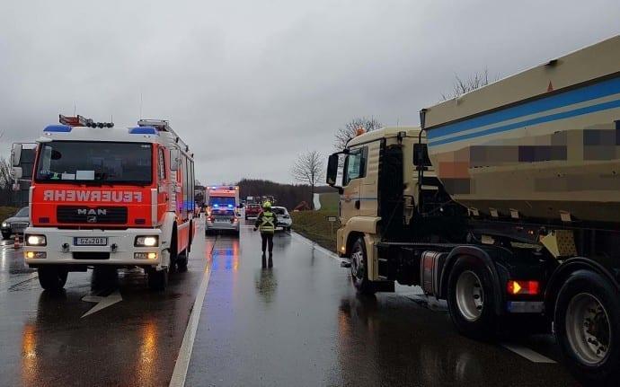 Günzburg B16 Unfall LKW PKW 01