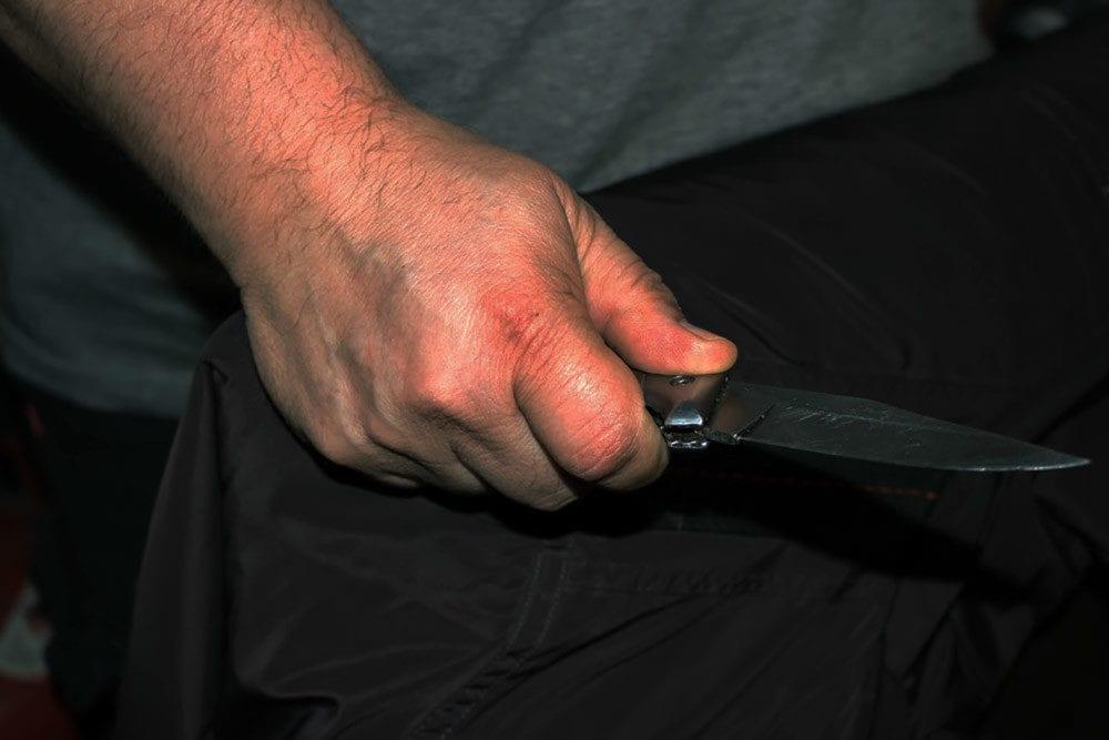 Mann mit Messer in der Hand