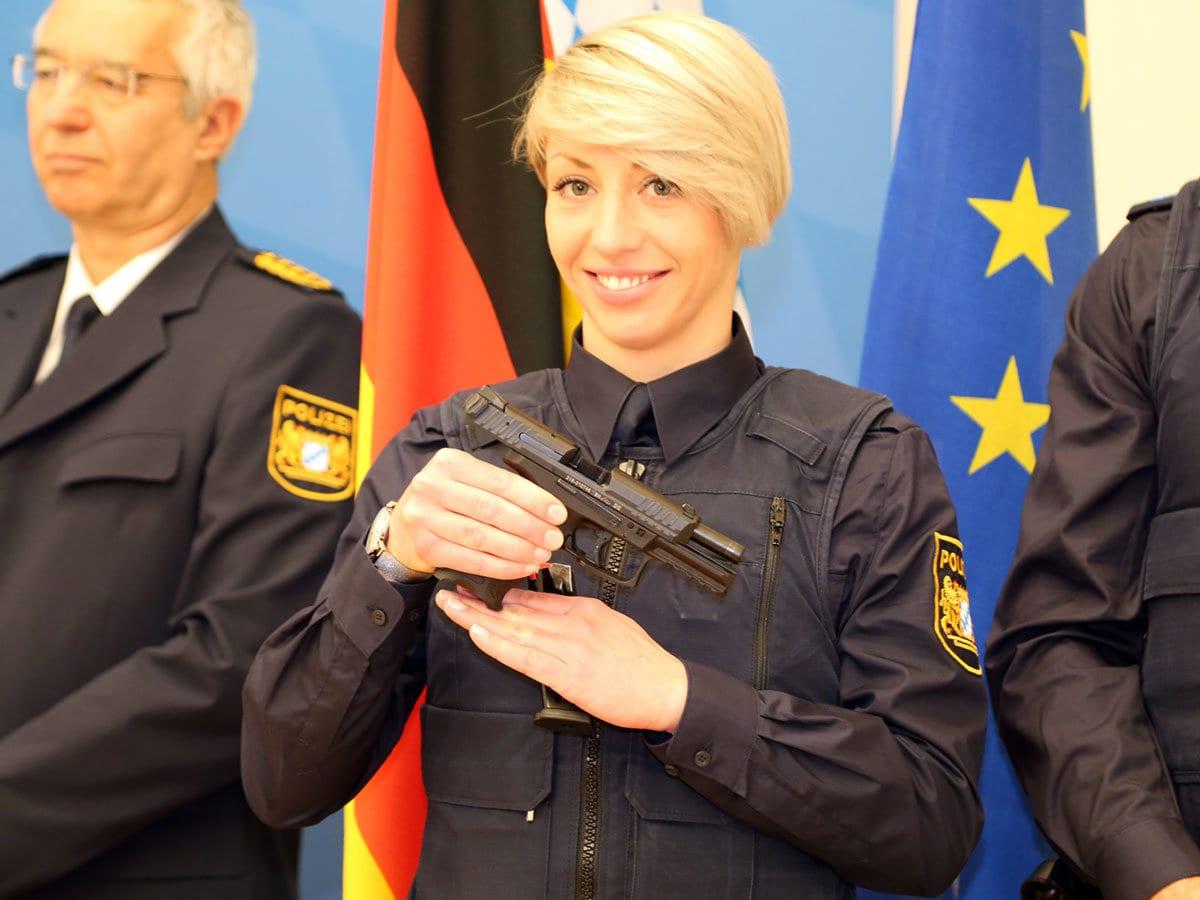 Bayerns Innenminister präsentiert neue Dienstwaffe der Polizei